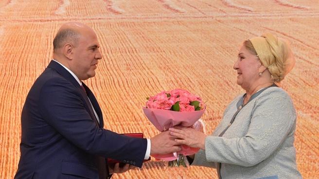 Вручение наград работникам агропромышленного комплекса. С индивидуальным предпринимателем из Ульяновской области Зайтюной Бирюковой