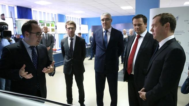 Осмотр выставки «Национальная технологическая инициатива: перспективные проекты для Новгородской области»