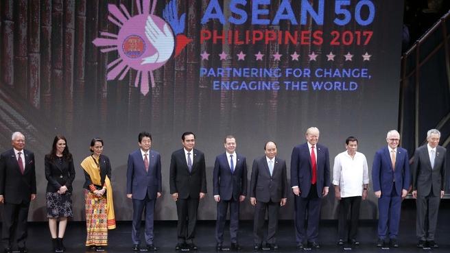 Совместное фотографирование глав делегаций стран – членов АСЕАН и партнёров по диалогу
