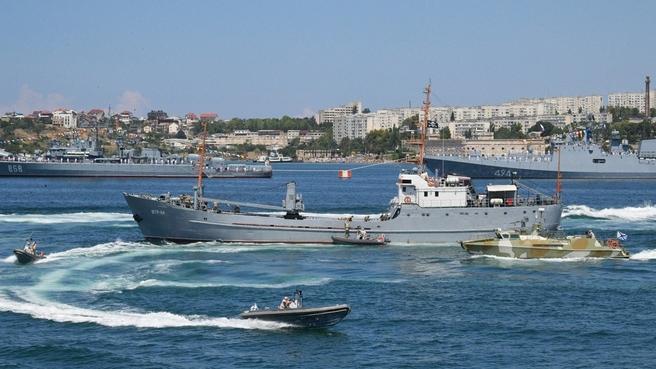 Парад кораблей в Севастополе в день ВМФ