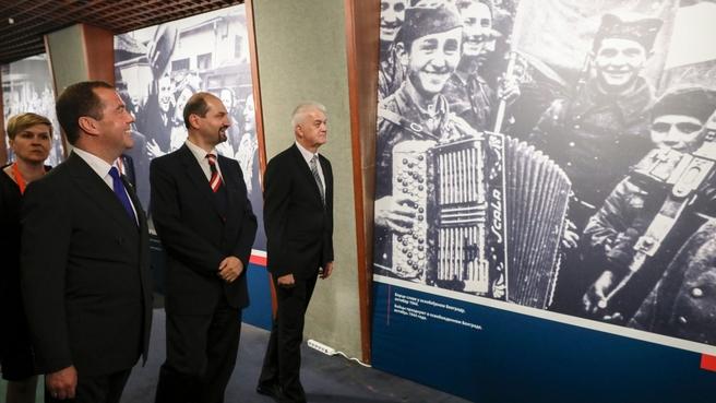 Осмотр выставки архивных фотографий «Празднование освобождения Белграда с 1944 по 2019 гг.»