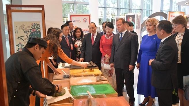 Дмитрий Медведев и Премьер-министр Вьетнама Нгуен Суан Фук во время осмотра выставки, представленной в концертном зале «Зарядье» в рамках перекрёстных годов России во Вьетнаме и Вьетнама в России
