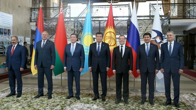 Встреча глав делегаций государств – участников заседания Евразийского межправительственного совета с Президентом Киргизской Республики Сооронбаем Жээнбековым. Совместное фотографирование