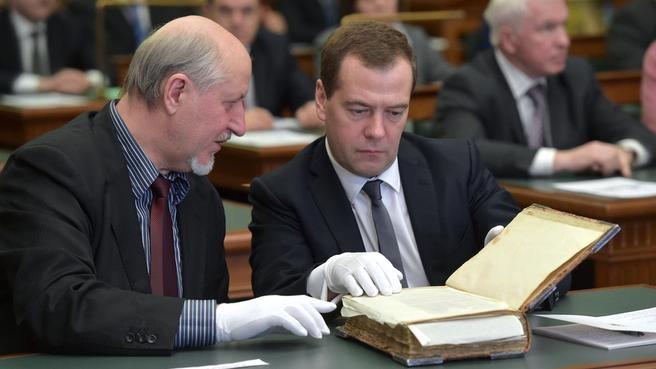 С заведующим научно-исследовательским отделом рукописей Российской государственной библиотеки Виктором Молчановым