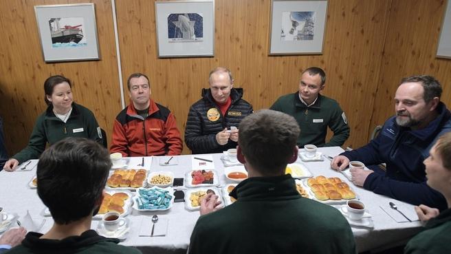 Беседа с сотрудниками полевой базы «Омега» на острове Земля Александры архипелага Земля Франца-Иосифа