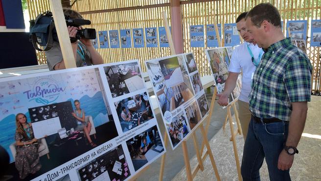 Осмотр выставки работ участников форума «Таврида»