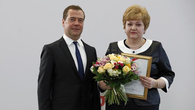Награждение специалиста по работе с заявителями МФЦ Мурманской области, победителя конкурса в номинации «Лучший универсальный специалист МФЦ» Ларисы Чуб