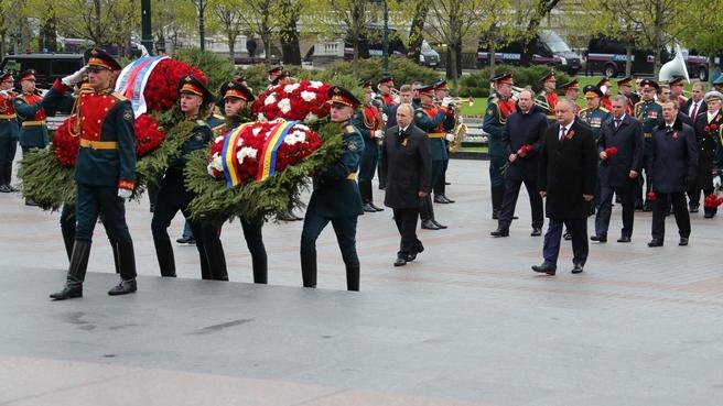 Церемония возложения венка к Могиле Неизвестного Солдата в Александровском саду