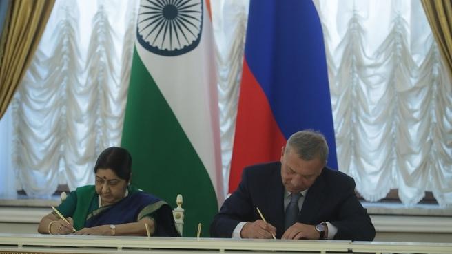 Заместитель Председателя Правительства Юрий Борисов и Министр иностранных дел Индии Сушма Сварадж на 23-м заседании Межправительственной Российско-Индийской комиссии
