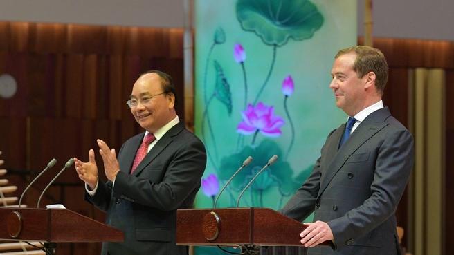 Дмитрий Медведев и Премьер-министр Вьетнама Нгуен Суан Фук в концертном зале «Зарядье» на торжественной церемонии открытия перекрёстных годов России во Вьетнаме и Вьетнама в России