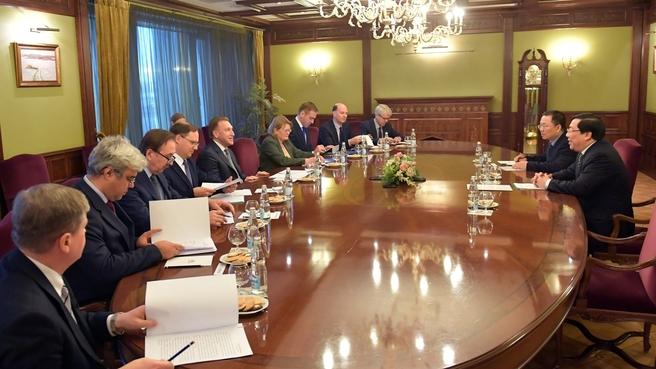 Рабочая встреча Игоря Шувалова с послом Вьетнама в России Нгуен Тхань Шоном и торговым представителем Вьетнама в России Зыонг Хоанг Минем