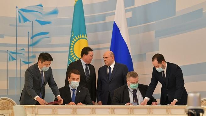 Подписание документов по завершении встречи глав правительств России и Казахстана