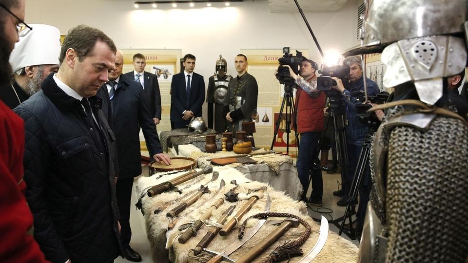 Осмотр выставки Омского отделения Российского военно-исторического общества в Воскресенском соборе