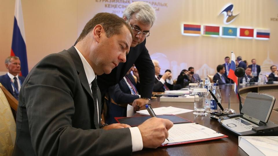 Подписание принятых по итогам заседания документов