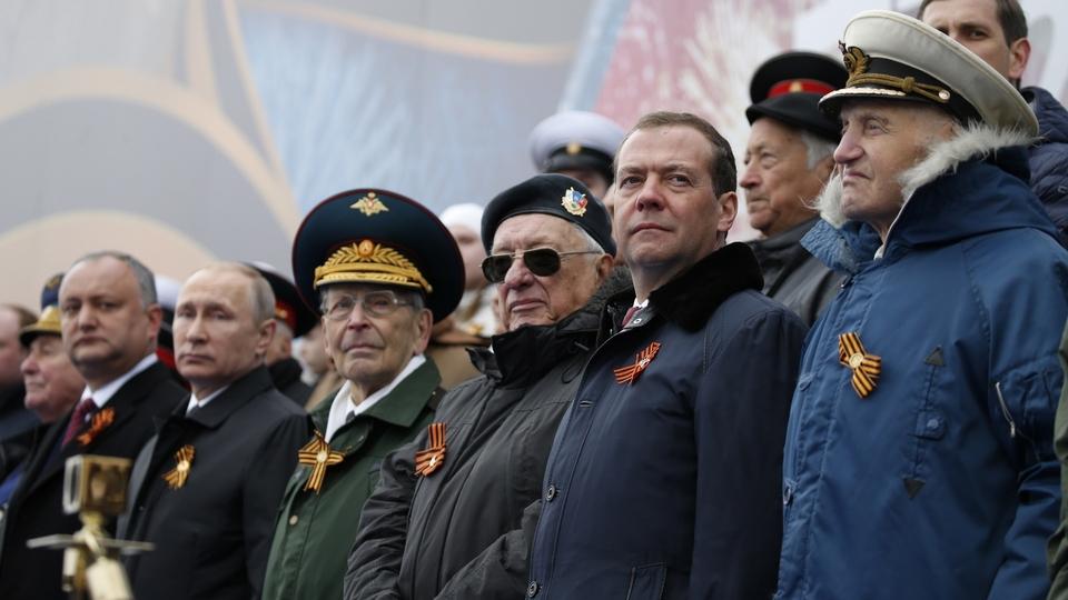 С Президентом России Владимиром Путиным, Президентом Молдавии Игорем Додоном и ветеранами Великой Отечественной войны во время парада в честь 72-й годовщины Победы