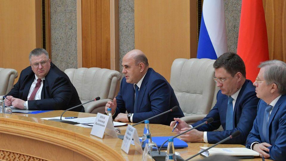 C заместителями Председателя правительства Российской Федерации Алексеем Оверчуком (слева) и Александром Новаком,  Министром транспорта Виталием Савельевым (справа) во время российско-белорусских переговоров