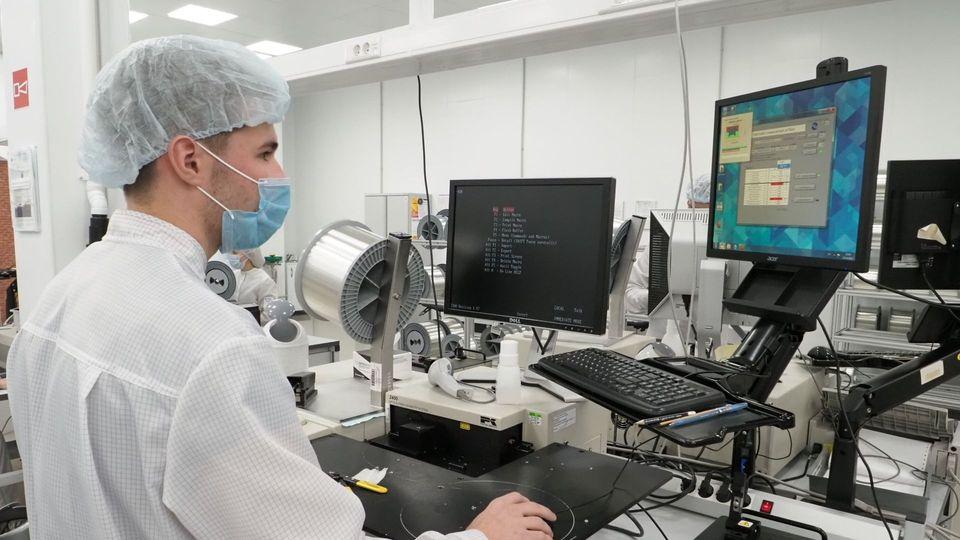 Дмитрий Чернышенко в рамках рабочего визита в Мордовию посетил предприятие АО «Оптиковолоконные системы»