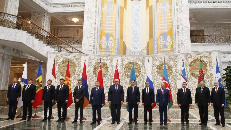Совместное фотографирование глав делегаций государств - участников Содружества Независимых Государств с Президентом Белоруссии Александром Лукашенко