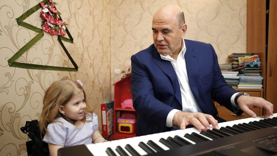 Михаил Мишустин исполнил новогоднее желание пятилетней Нади Столпник из Твери