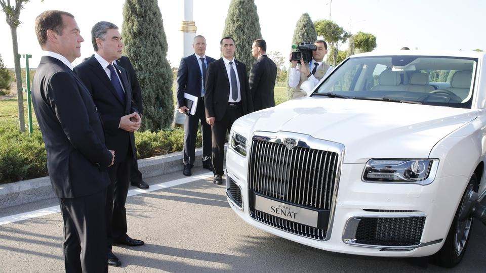 Осмотр автомобиля Aurus Senat. С Президентом Туркменистана Гурбангулы Бердымухамедовым